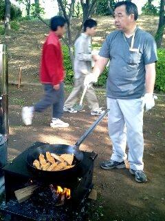 2日目 朝食準備�B隊長と鮭060506_0730~0001